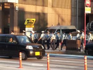 小倉を巡回する警察官