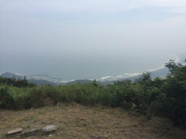 ピーク手前に三里松原が見えます