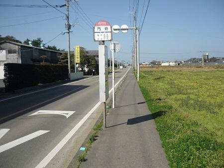 門前バス停から山側へ曲がります