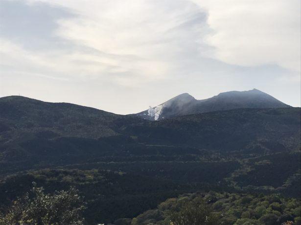 硫黄山から立ち上がる水蒸気