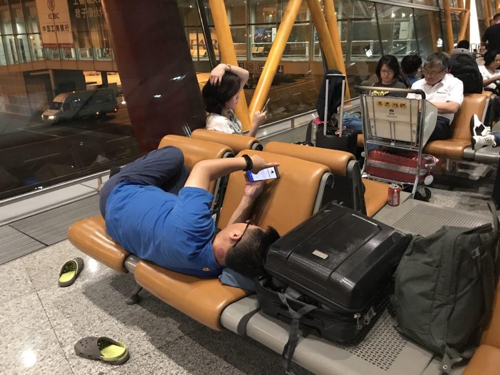 寝転がれるベンチシート